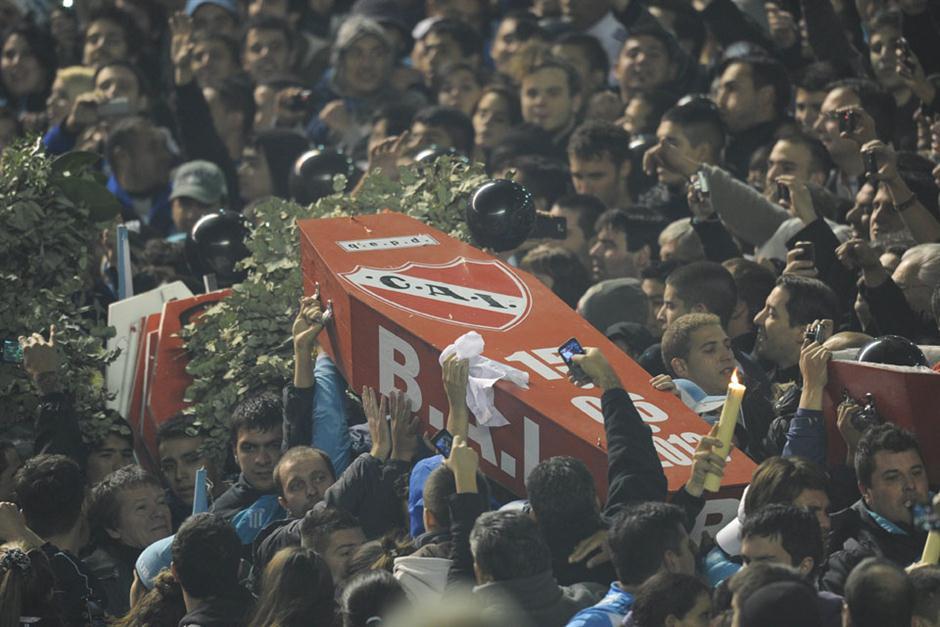 [VIDEO] Racing canta marcha fúnebre por descenso de Independiente