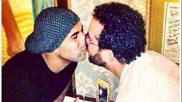 [FOTO] Hinchas se enojan con jugador por besar a un amigo en la boca