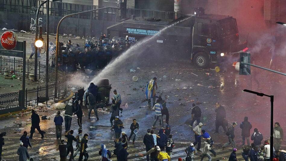 http://www.futbolizados.com/wp-content/uploads/2014/07/incidentes_argentina_obelisco.jpg
