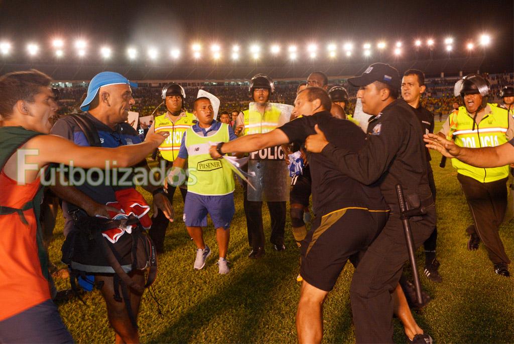 pelea_clasico_astillero_emelec_barcelona_2201