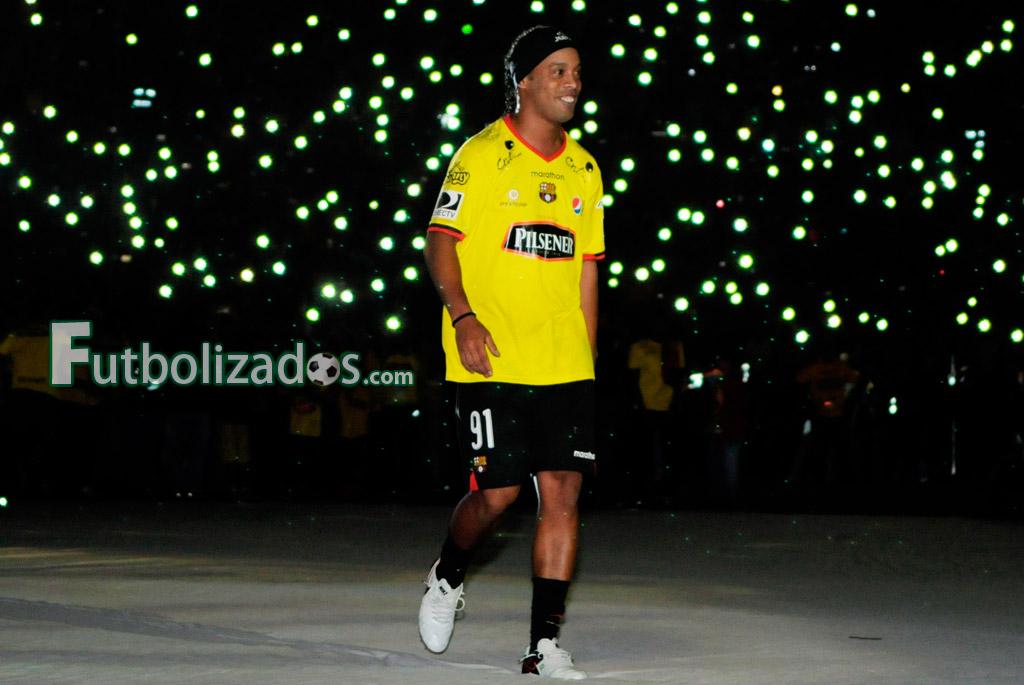 ronaldinho_barcelona_noche_amarilla_02